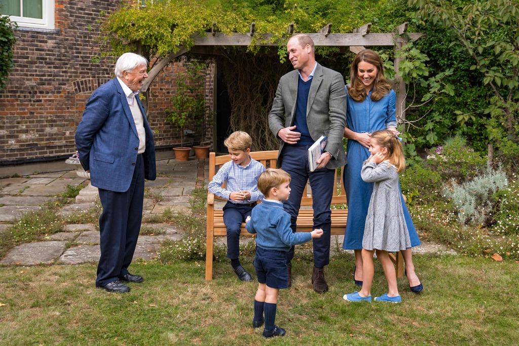 David Attenborough bracht onlangs bij een bezoek aan de Britse prins William en zijn gezin een fossiele haaientand mee voor oudste zoon George (7). AFP