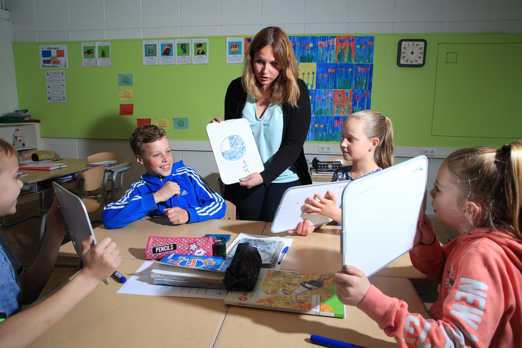 Juf Arianne aan het werk met haar klas. ,,De focus moet liggen op taal, rekenen en lezen. Dat is de basis voor alles.'' Foto Arie Kievit