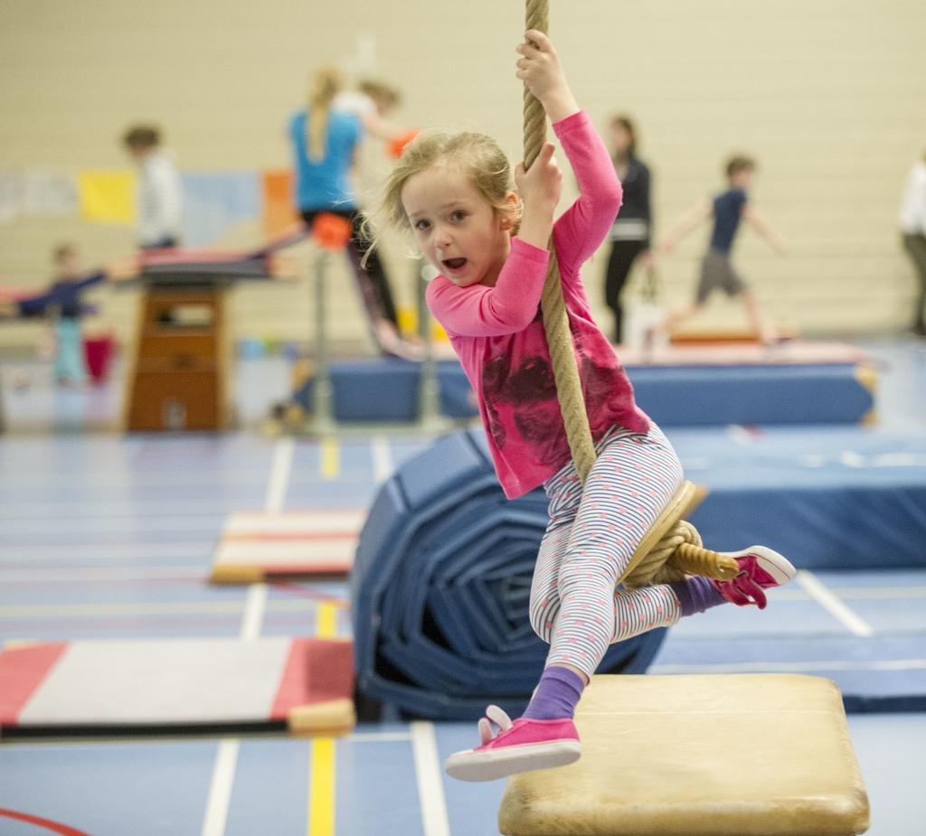 Op scholen waar opgeleide gymleerkrachten lesgeven, bewegen leerlingen beter. Ook gymmen buiten schooltijd helpt mee, zoals hier bij gymnastiekvereniging HGV. FRANS NIKKELS