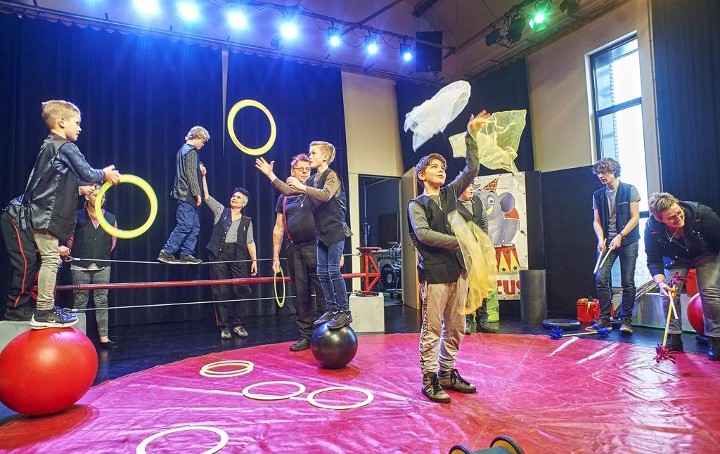 De kinderen van Circus Caps oefenen op de Noordkade in Veghel. Middenachter René Hildesheim. Foto Jeroen Appels/Van Assendelft