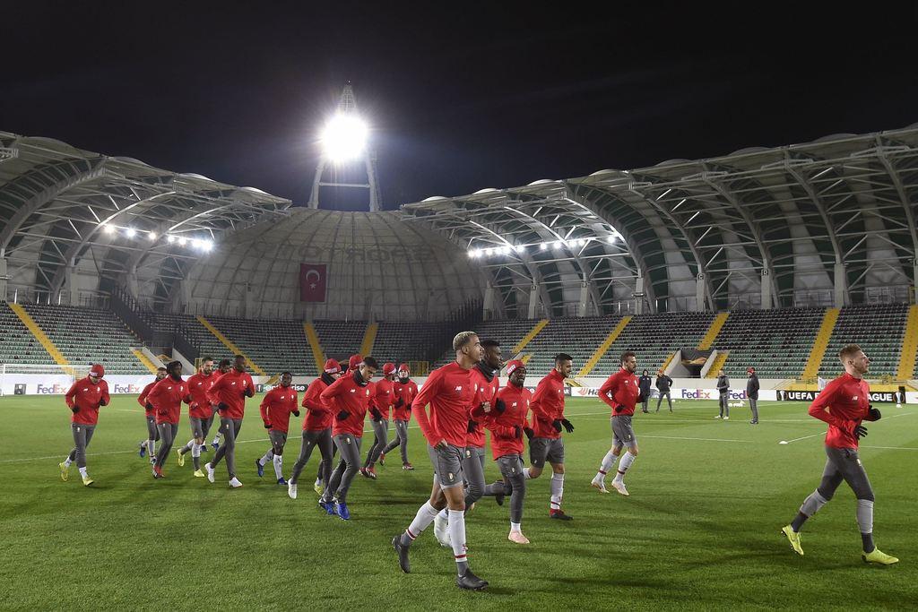 Carcela en co. gisteravond in het Spor Toto-stadion. Gloednieuw, met 12.000 zitjes, waarvan er vanavond slechts zo'n 3.000 bezet zullen zijn. Photo News