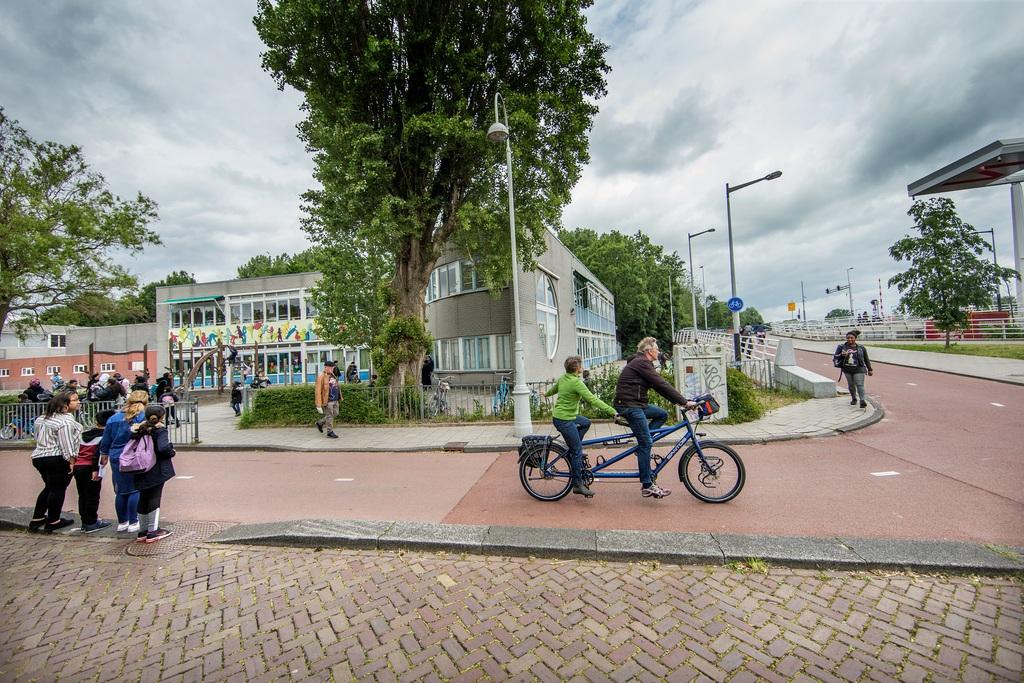 → De Sint-Rosaschool ligt tegen de Johan van Hasseltweg aan. Montessorischool Boven 't IJ betrekt er enkele lokalen. foto jean-pierre jans