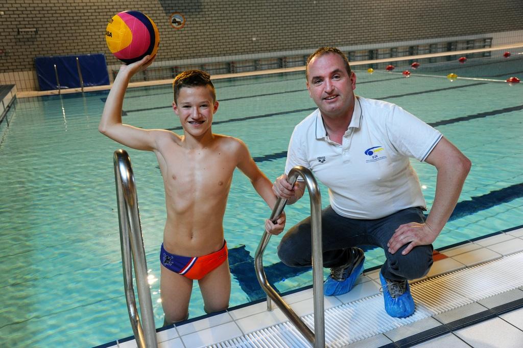 Owen Riemens in zijn waterpolobroekje van Jong Oranje. Rechts zijn vader en trouwste fan Henk Riemens. LEX DE MEESTER