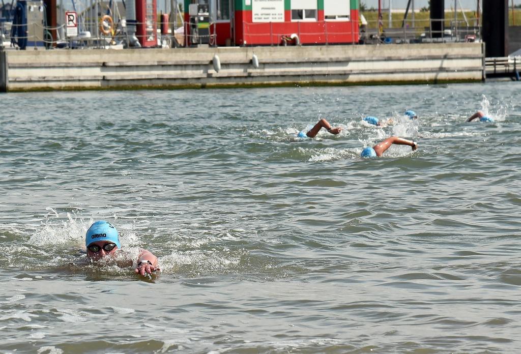 Koploper Kirsten Walraven (links) wordt tijdens de 3000 meter vrije slag voor vrouwen achtervolgd door de concurrentie. PETER NICOLAI