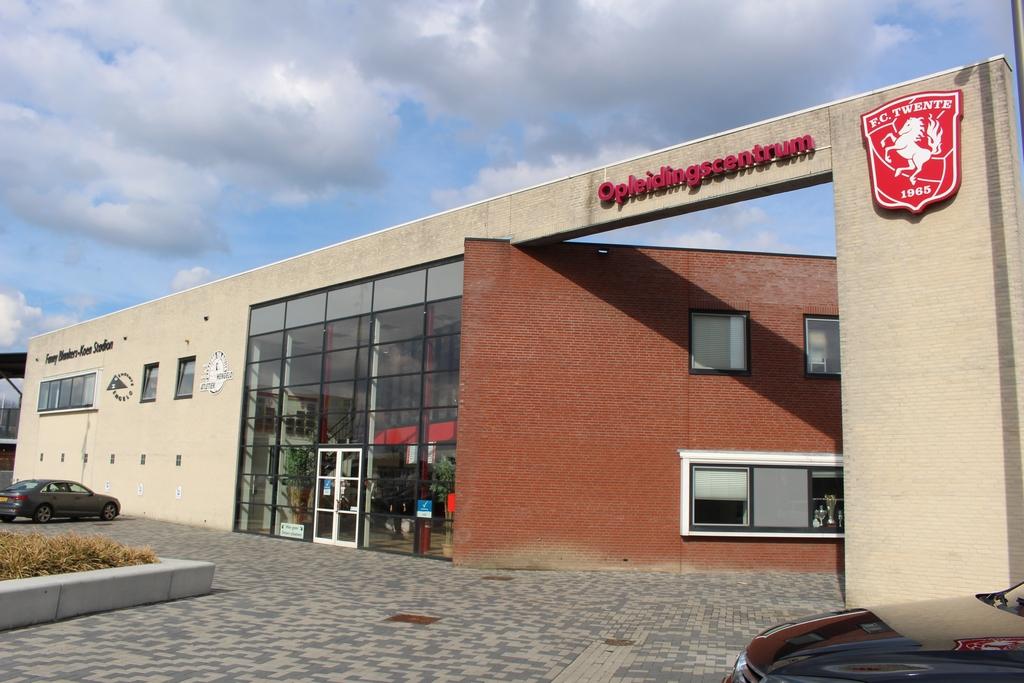 De entree van het trainingscentrum van FC Twente in Hengelo. Foto GinoPress