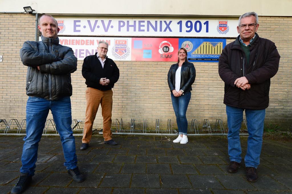 Feest bij Phenix, dat 120 jaar bestaat. Vanaf links: secretaris Jarno Bosch, Henk ter Heegde, Tineke de Wit en Henk te Nijenhuis. ANNINA ROMITA