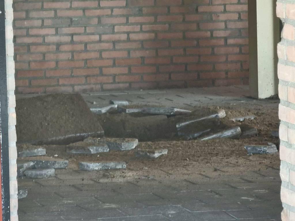 Door de explosie in de gasleiding is er een grot gat in de grond geslagen. FOTO DOMINIQUE GEMSER / NEWS UNITED