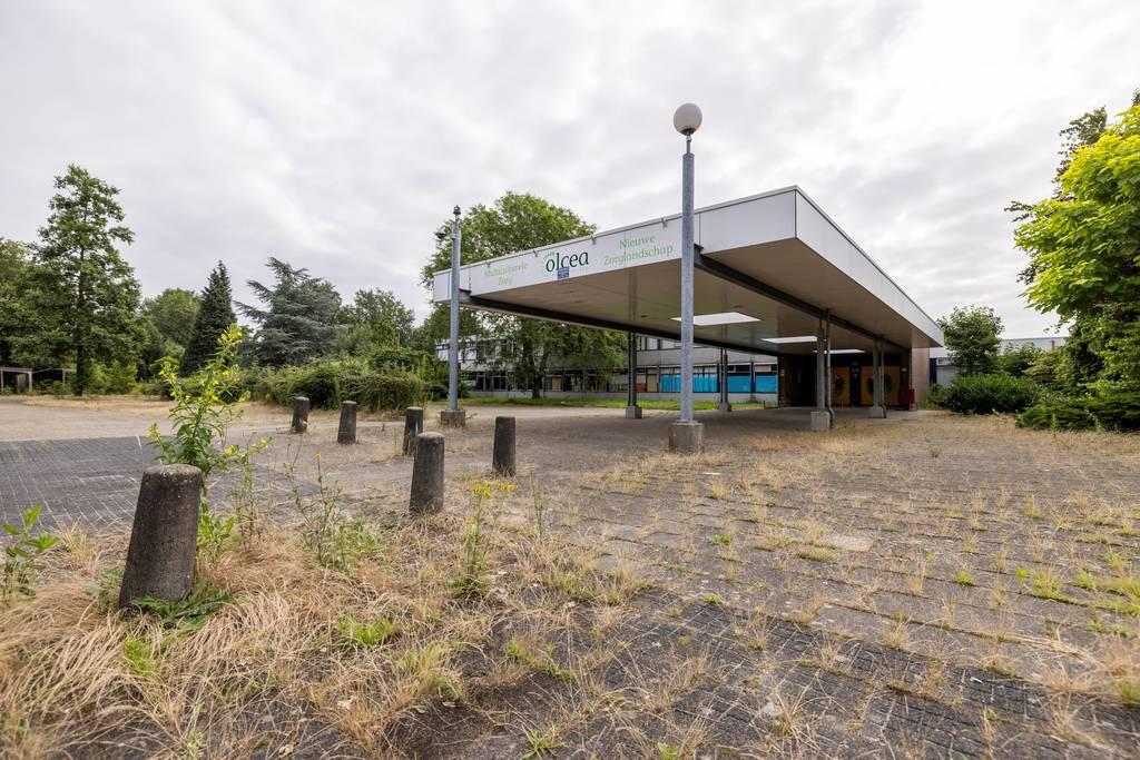In het tweede deel van de Sportlaan Driene, richting de Elsbeek, zien de panden er een stuk minder aantrekkelijk uit. FOTO RIKKERT HARINK