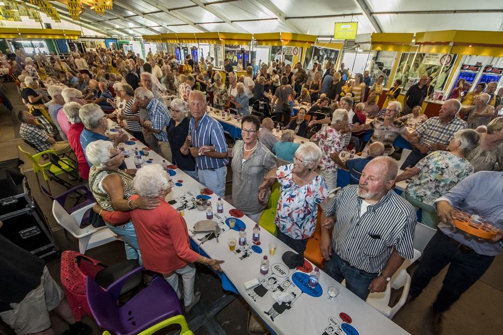 De stemming zit er goed in tijdens  de feestmiddag voor senioren. FOTO REINIER VAN WILLIGEN