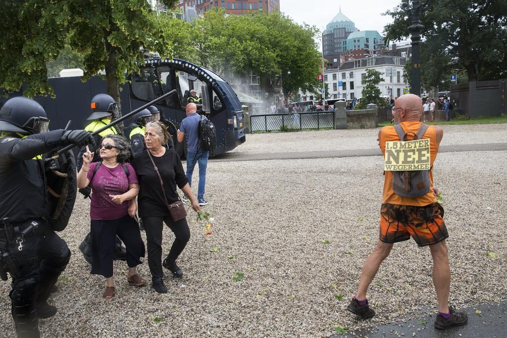Grimmige confrontaties tussen relschoppers en politie in de binnenstad van Den Haag. Foto's Arie Kievit